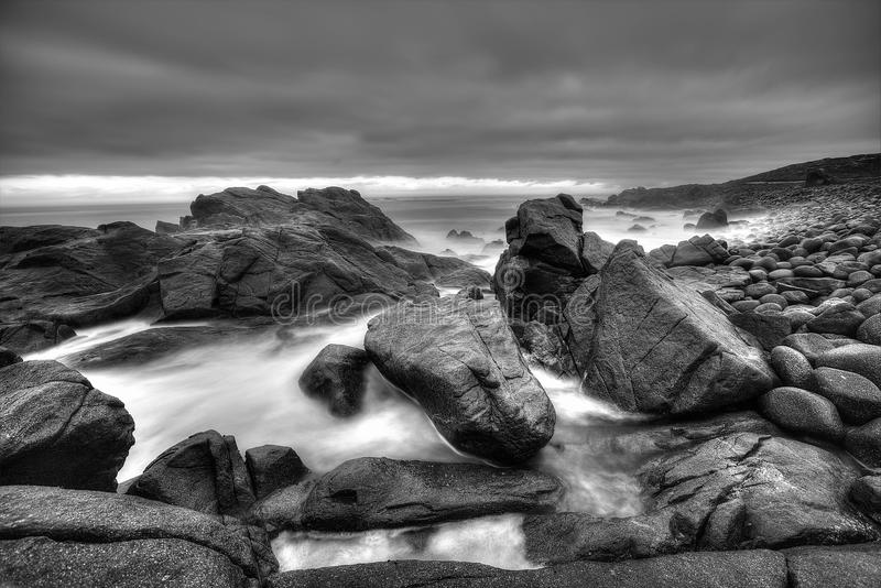 Download Скалистый Monochrome Seascape Стоковое Фото - изображение насчитывающей шторм, черный: 40580084
