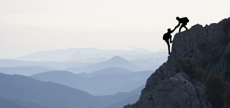 Скалолазание в горах стоковая фотография