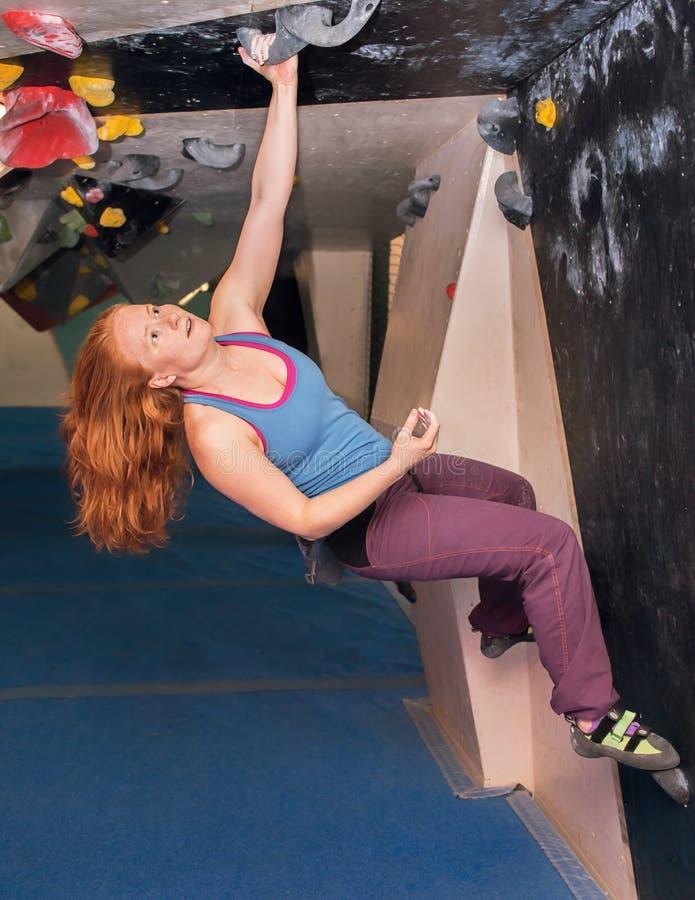 Скалолазание женщины Redhead крытое Активный здоровый образ жизни стоковые изображения