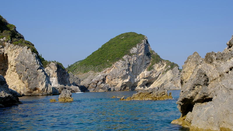 Скалы в море стоковые изображения