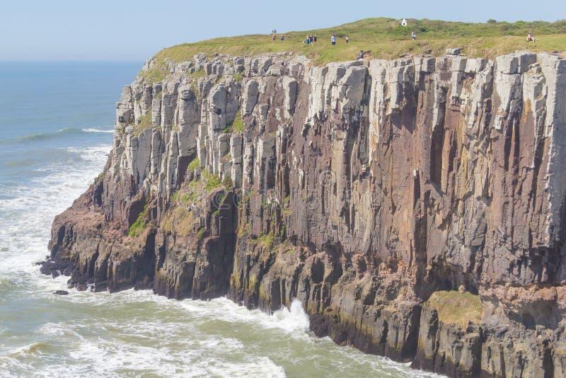 Скалы и волны на пляже Torres стоковое фото