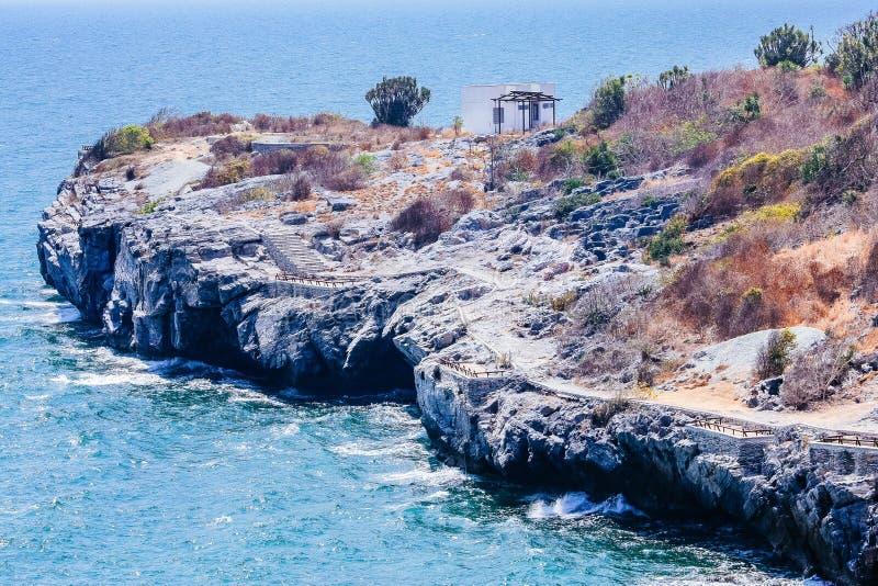 Скалы и нежная волна стоковое фото rf