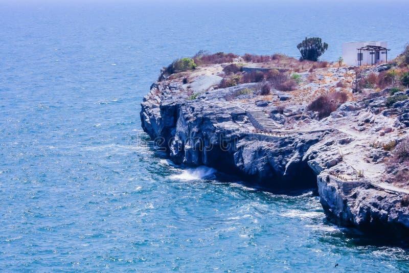 Скалы и нежная волна стоковая фотография rf