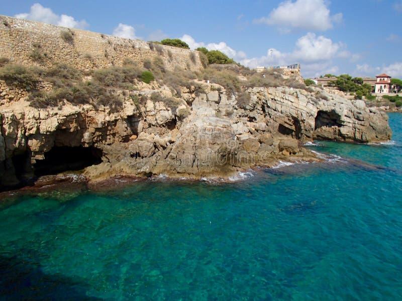Скалы и пещеры Таррагоны стоковое изображение rf