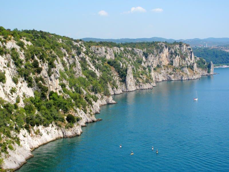 Download Скалы на морском побережье стоковое изображение. изображение насчитывающей италия - 33729859