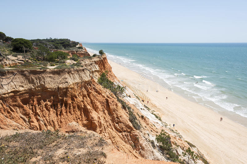 Скалы на Прая da Falesia стоковое фото