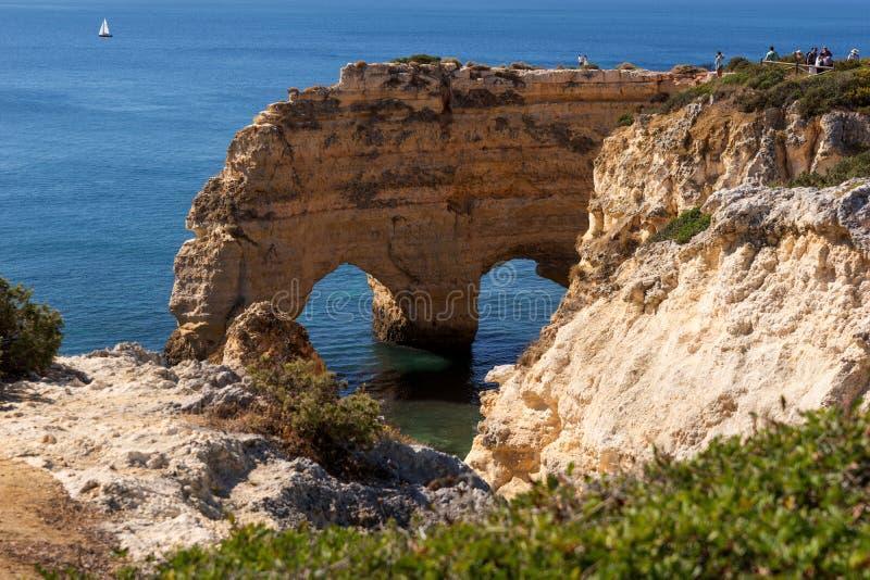 Скалы на Прая da Marinha пляжа, Алгарве стоковое изображение rf