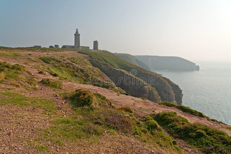 Скалы с старой башней на накидке Frehel brittani стоковое фото rf