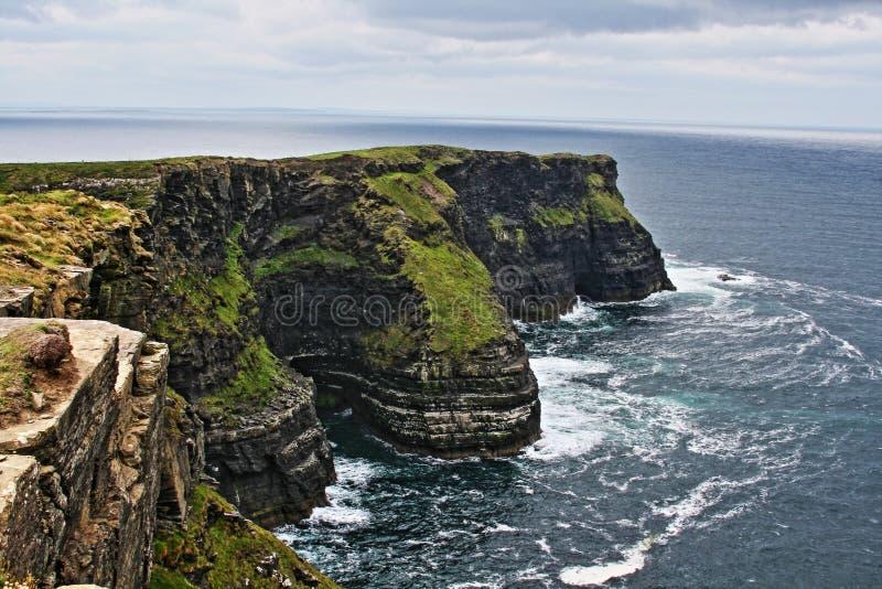 Скалы Moher на Hags возглавляют где Атлантический океан и залив Liscanor встречают стоковые фото