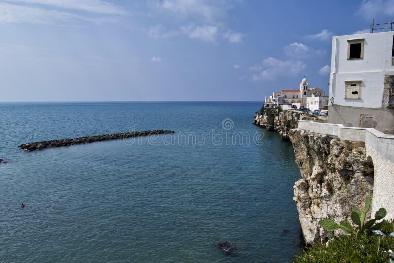 Скалы Vieste с морем и облаками стоковое изображение