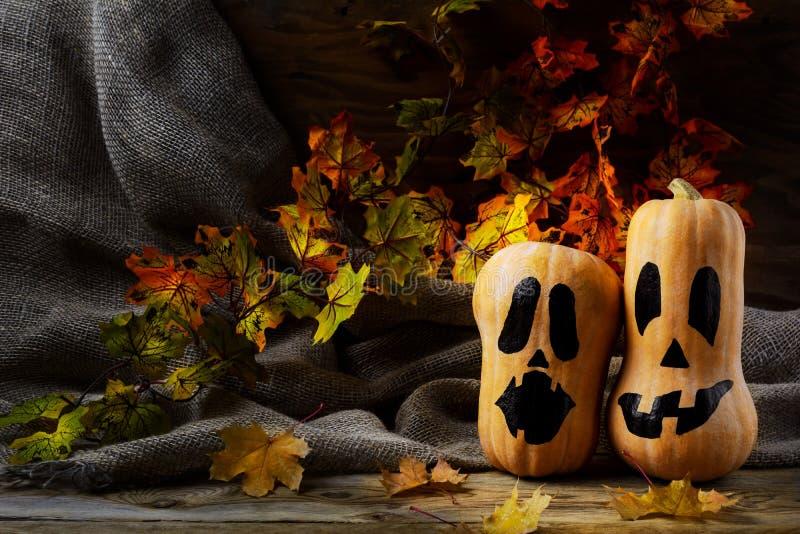 Сквош butternut хеллоуина усмехаясь на темной деревенской предпосылке стоковые фотографии rf