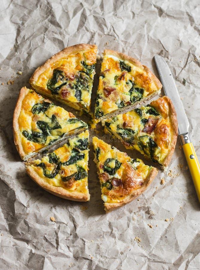 Сквош Butternut, шпинат, сыр, и пирог шпината на бумажной предпосылке вкусная заедк стоковое фото rf