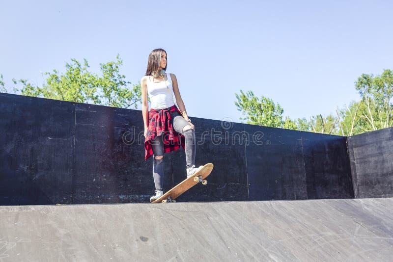 Скейтбордист - девушка крутого конькобежца предназначенная для подростков стоковая фотография rf