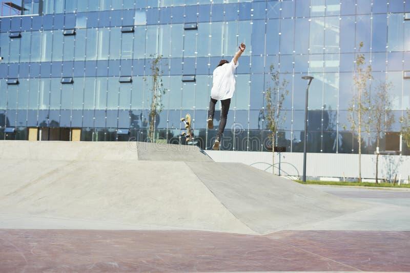 Скейтбордист делая фокус в парке конька, спорт крайности фристайла практики стоковые фотографии rf