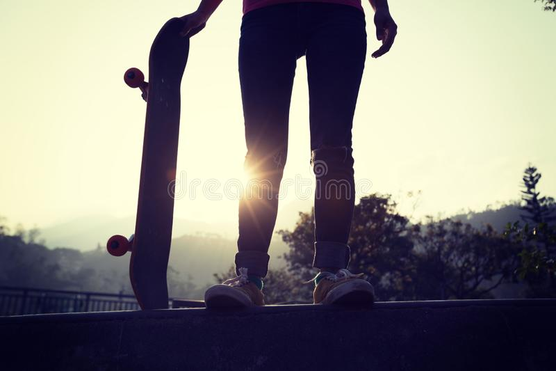 Скейтбордист женщины на skatepark стоковые фото