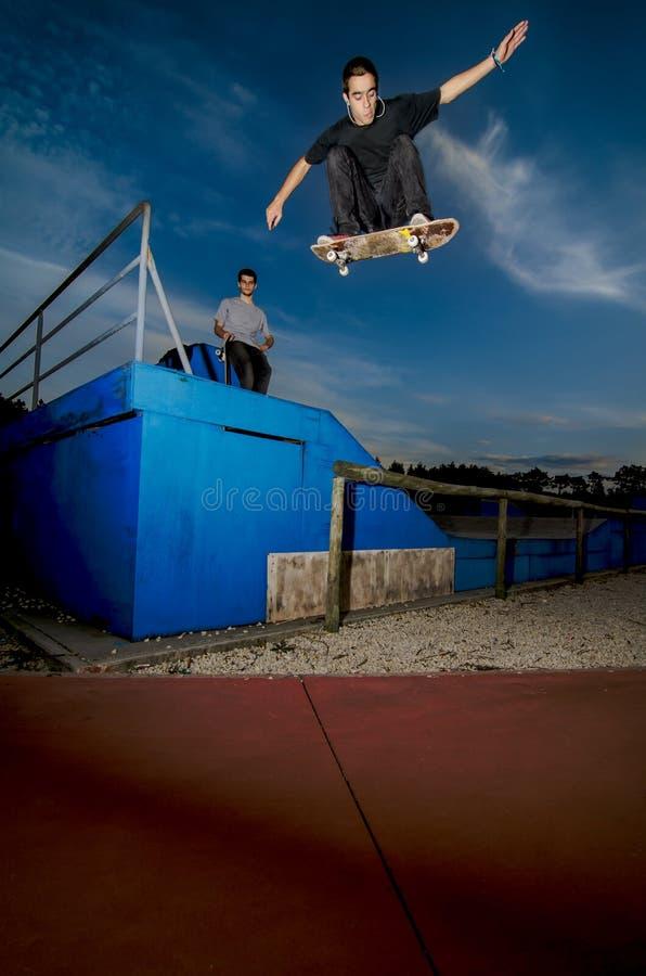 скейтбордист летания стоковое изображение rf