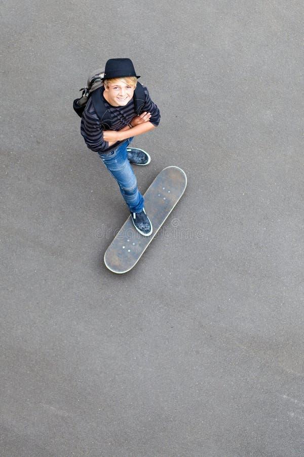 скейтбордист предназначенный для подростков стоковое фото rf