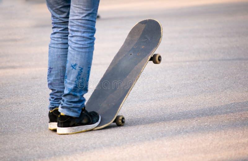скейтбордист предназначенный для подростков стоковые фото