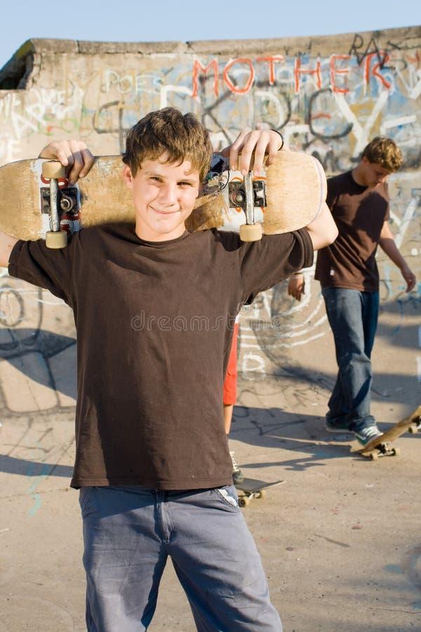скейтборд мальчиков стоковое изображение