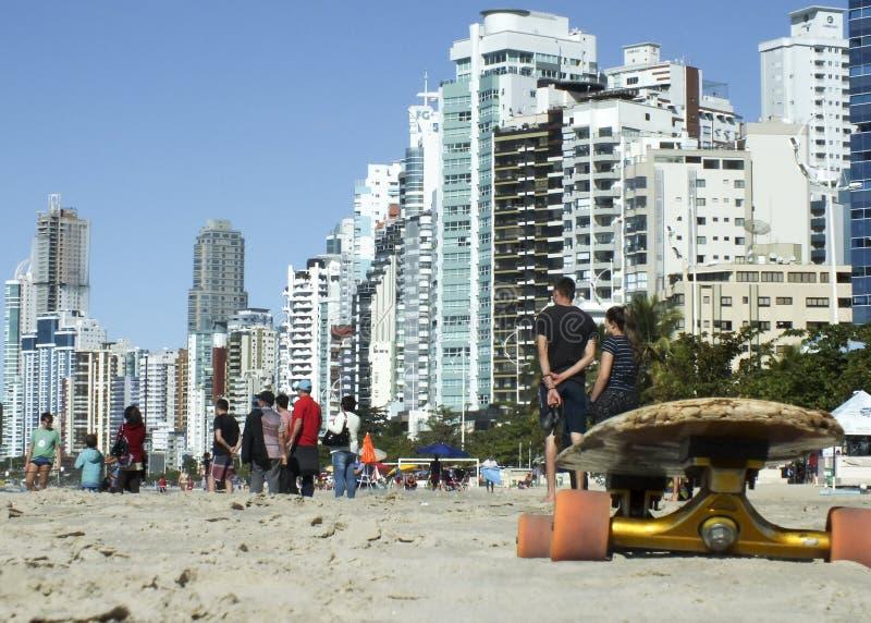 Скейтборд на песке пляжа Camboriu, Бразилии стоковые изображения