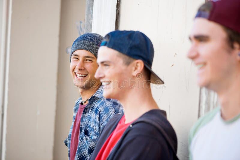 Скейтбордисты парней в улице стоковая фотография