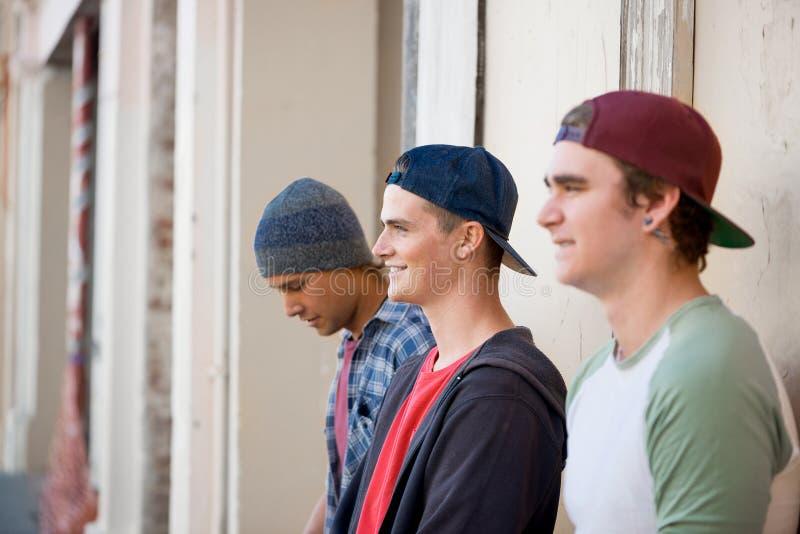 Скейтбордисты парней в улице стоковые изображения rf