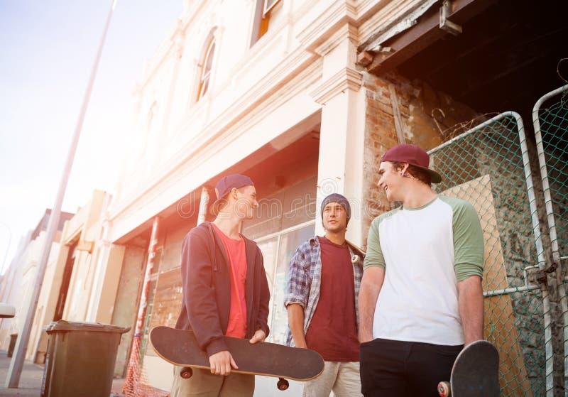 Скейтбордисты парней в улице стоковые фотографии rf
