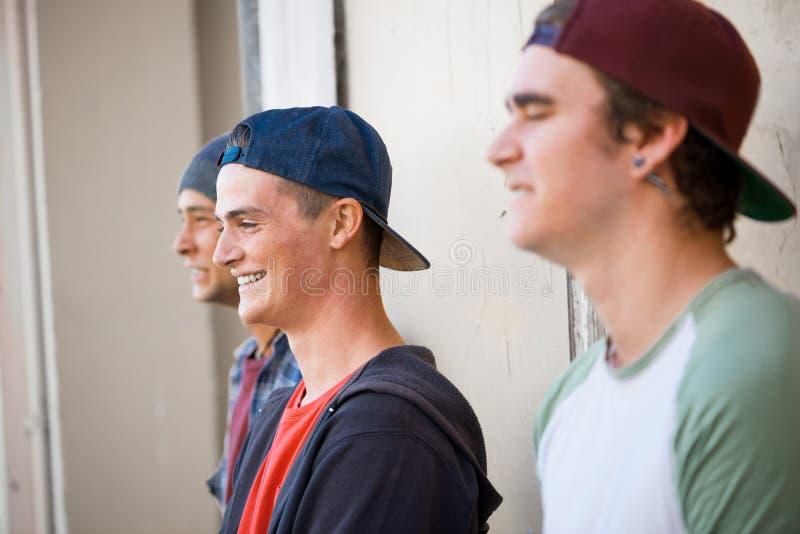 Скейтбордисты парней в улице стоковое изображение rf