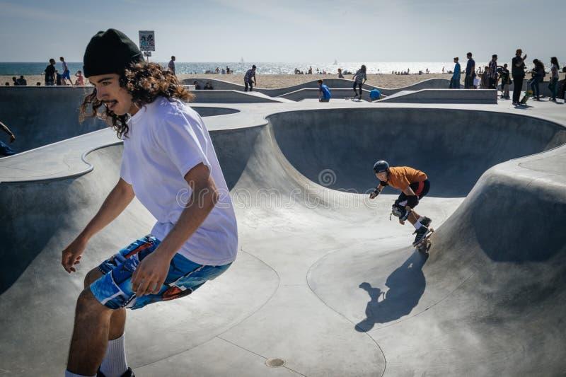 Скейтбордисты, пляж Венеции, Лос-Анджелес стоковые изображения