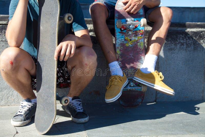 Скейтбордисты друзей стоковое изображение rf