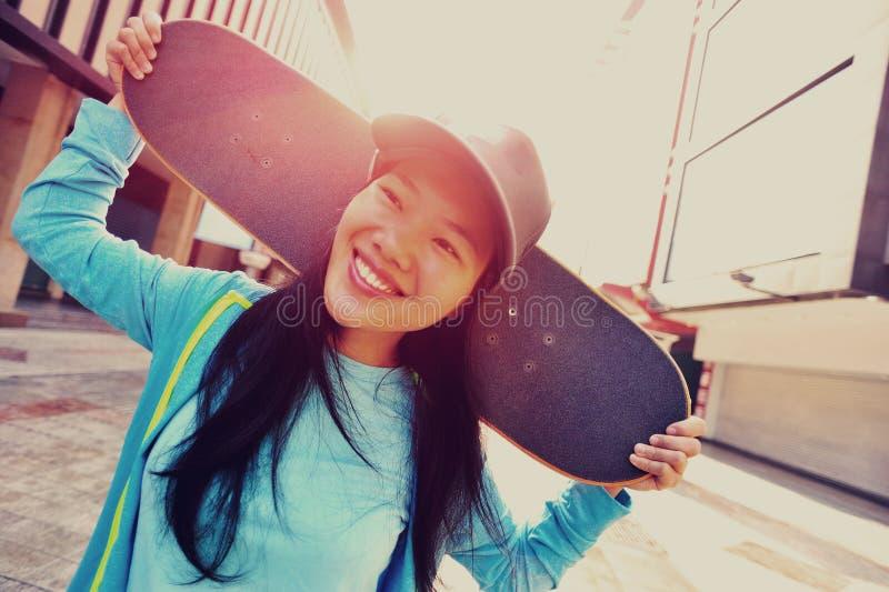 Скейтбордист женщины на улице стоковые изображения