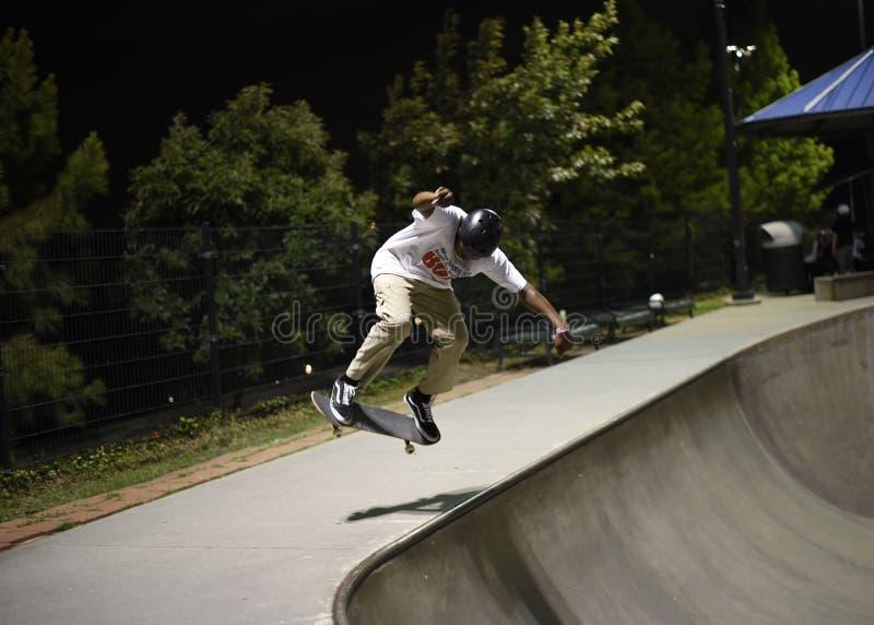 Скейтбордист на skatepark стоковое фото rf