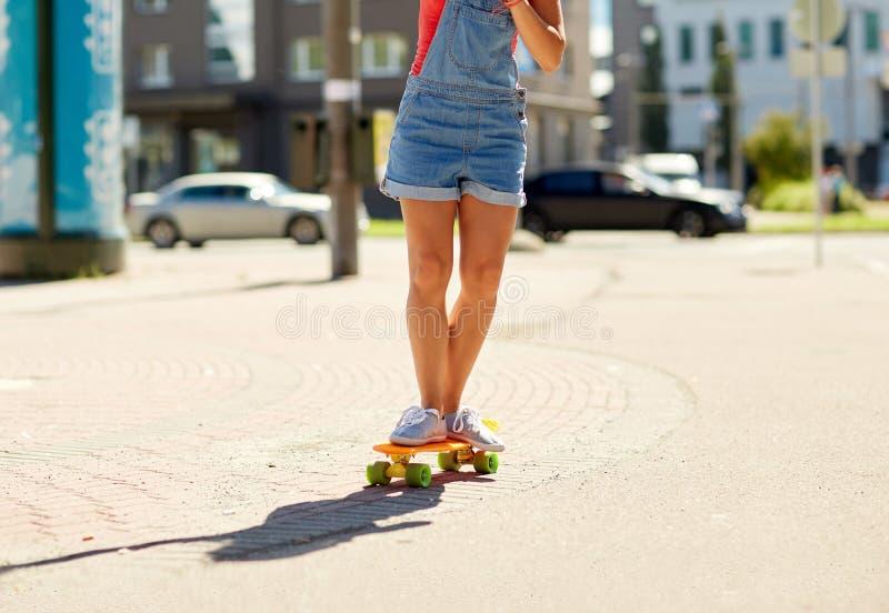 Скейтборд катания девочка-подростка на улице города стоковые фотографии rf