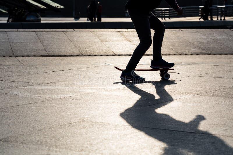 Download Скейтборд силуэта стоковое изображение. изображение насчитывающей малыш - 37925303
