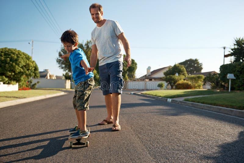 Скейтборд сына отца стоковые фото