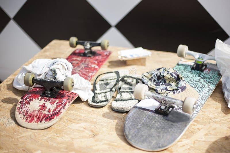 Скейтборды на таблице жизнь урбанская черная девушка пригвождает молодость субкультуры стоковое изображение
