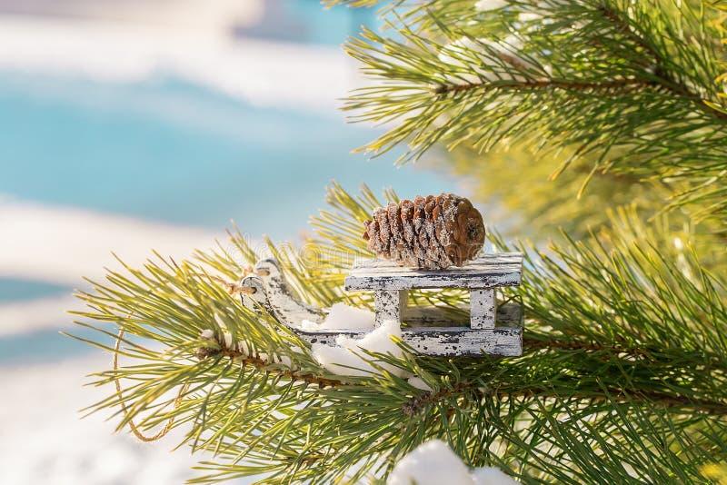 Скелетон игрушки рождества деревянный на сосне зимы стоковое изображение