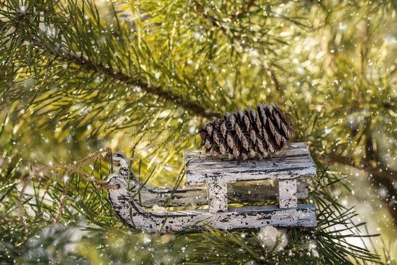 Скелетон игрушки рождества деревянный на сосне зимы стоковые изображения