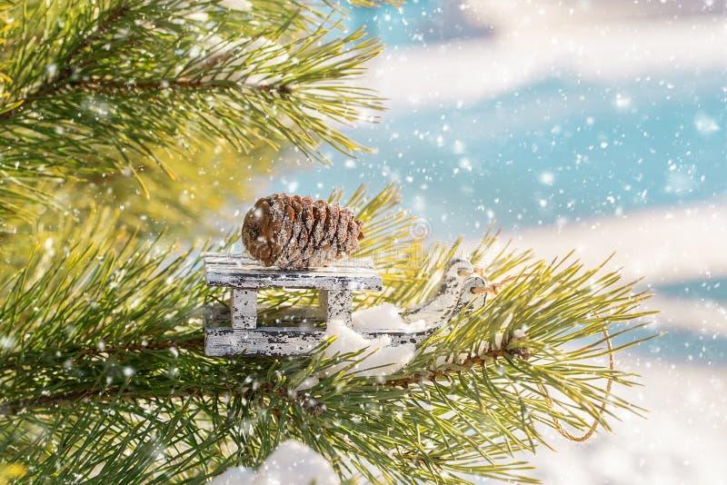 Скелетон игрушки рождества деревянный на сосне зимы стоковые фотографии rf