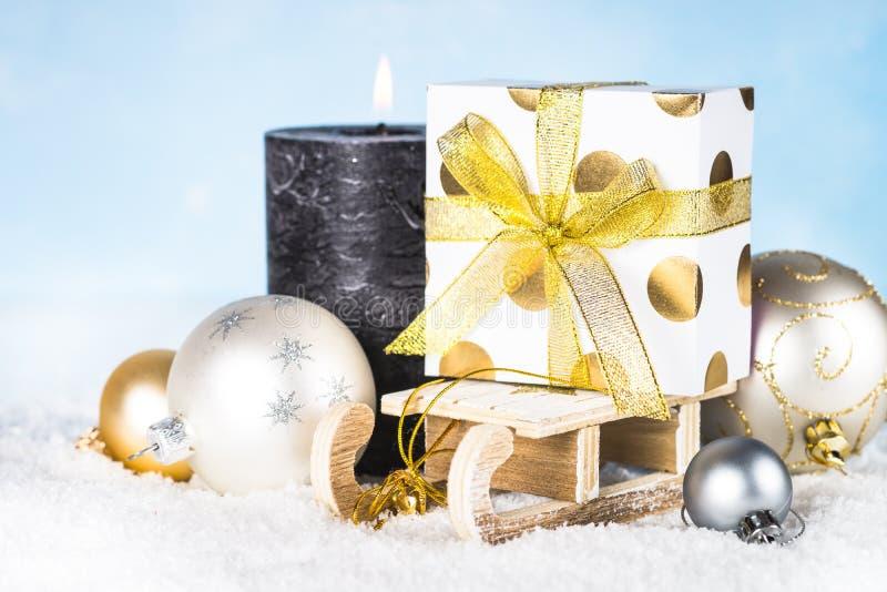 Скелетон с присутствующими украшениями коробки, серебряных и золотых в снеге стоковая фотография rf
