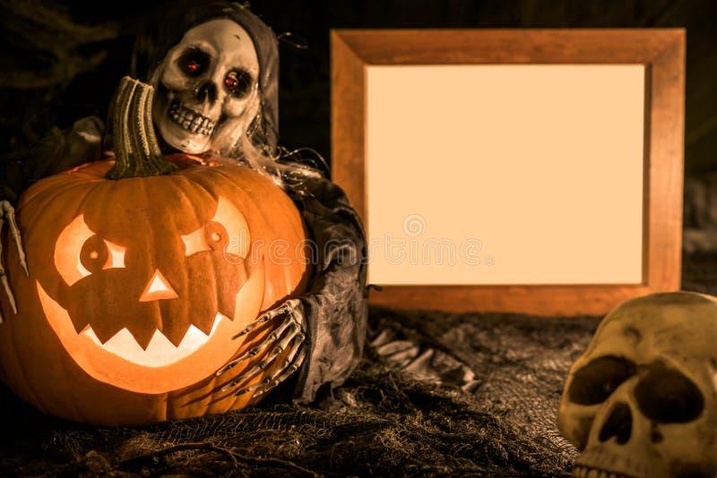Скелет, череп и тыква хеллоуина стоковые изображения rf