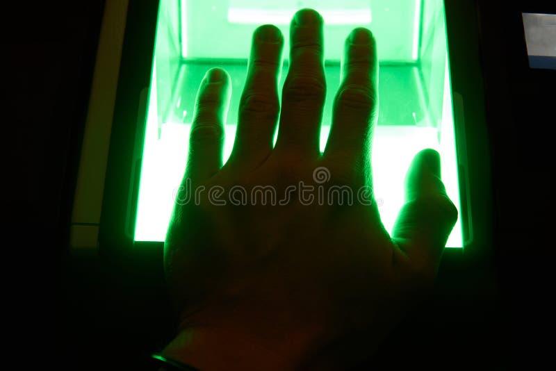 скеннирование отпечатка пальцев cybersecurity цифровая стоковая фотография rf