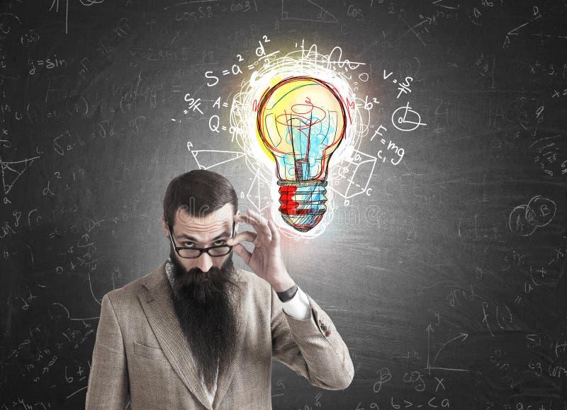 Скептичные человек и электрическая лампочка с формулами стоковые изображения