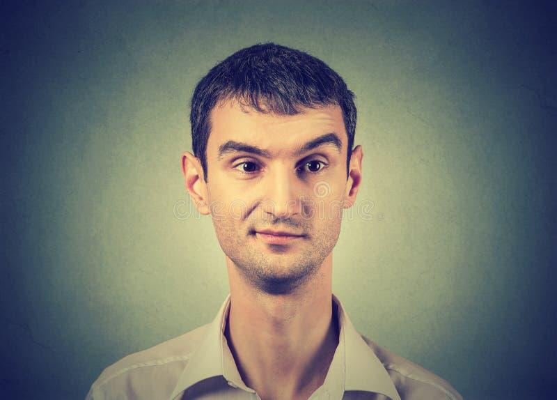 Скептичный человек с недовольством на его стороне стоковое изображение