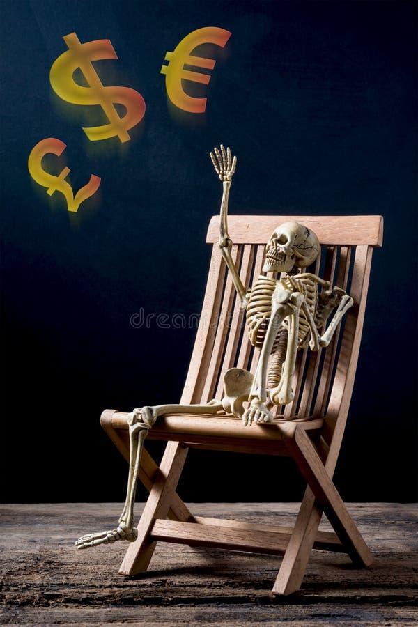 Скелет и валюта стоковые изображения