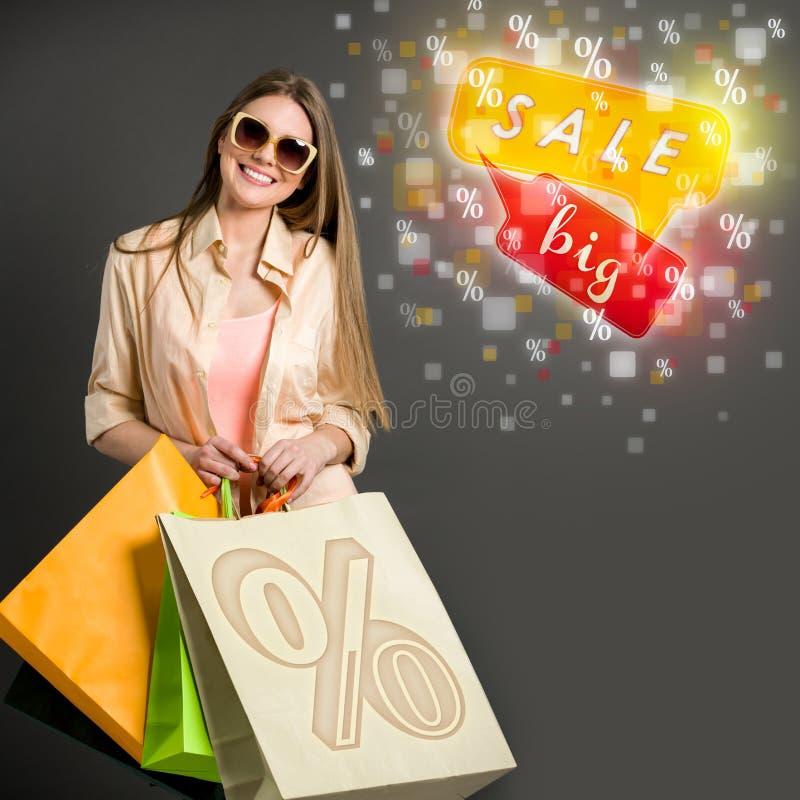 Скидка, продажа и женщина с хозяйственными сумками стоковые изображения rf