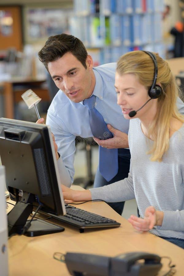 Складируйте менеджер и работник работая совместно в офисе склада стоковые изображения