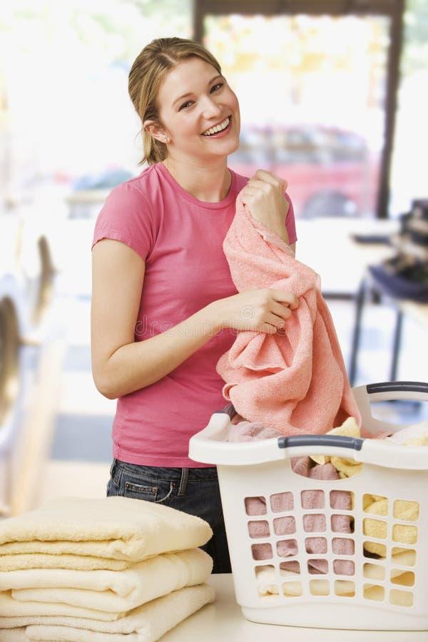 складывая женщина прачечного стоковая фотография