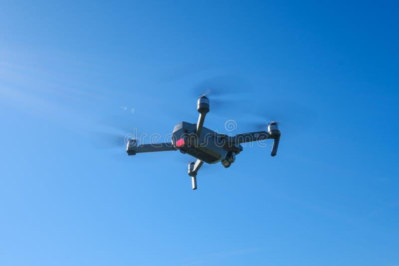 Складывая летание трутня в небе стоковое фото rf