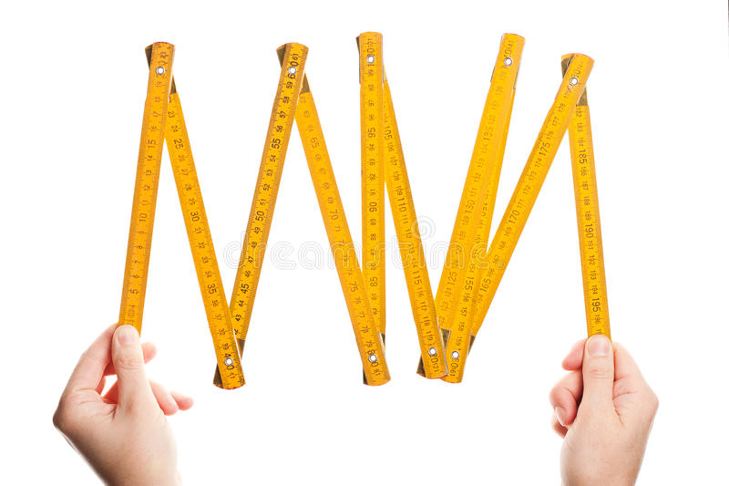 складывая руки держа правителя деревянным стоковое фото
